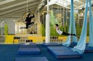 Kolorowe wnętrze Szkoły Cyrkowej w Vancouver. Projekt: Marianne Amodio Architecture Studio